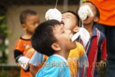 Lomba Makan Kerupuk oleh anak-anak