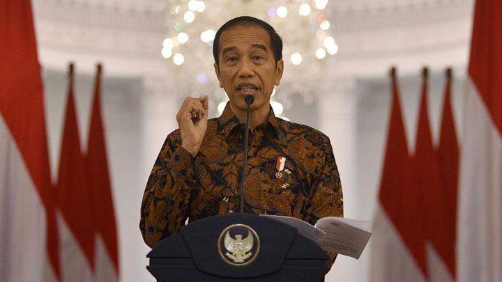 Presiden Jokowi Sedang Memberikan Pidato Mengenai Virus Corona Yang Melanda Indonesia